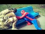 Спайди-Мэн: один день из жизни Человека-Паука,Comedy,,Наша группа ВКонтакте: http://vk.com/spiderminsk 0:17 - Спайди осваивает скейт! 0:53 - Спайди подрабатывает дворником! 1:38 - Это шокировало девушек : ) 2:08 - Битва за скамейку с морпехом! 3:10 - Даёт сольный концерт! 3:51 - Проверяет на прочнос