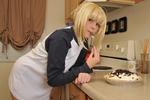 Девушка ест пирог