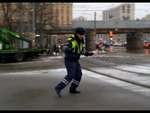 Танцующий Гаишник в районе Трех вокзалов,News,,Зажигательный танец сотрудника ГИБДД, находившегося на посту регулировщика, был запечатлен на камеру мобильного телефона.Представители ГУ МВД по городу Москве сообщили, что личность полицейского, которого ранее водители застали танцующим на площади трех
